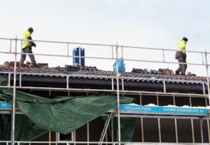 Tømrere jobber på taket i Hugstedgrenda