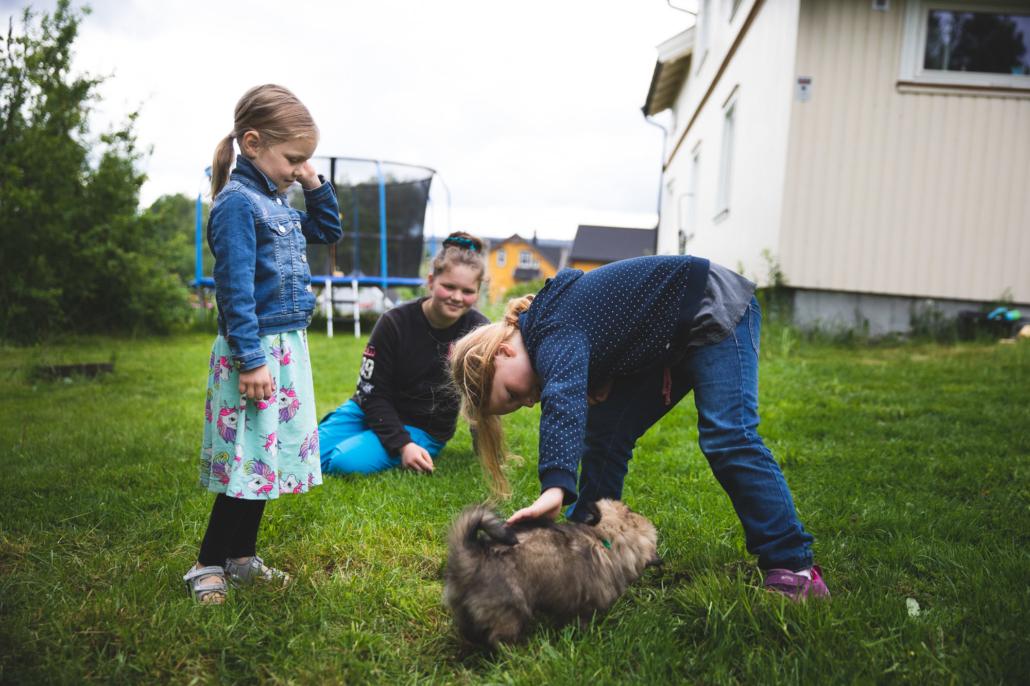 Barna leker utenfor det restaurerte huset i Kongsgårdsveien