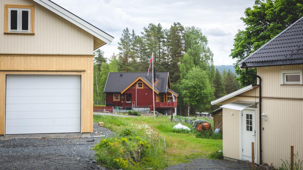 Restaurert hus og garasje på Kongsgårdmoen